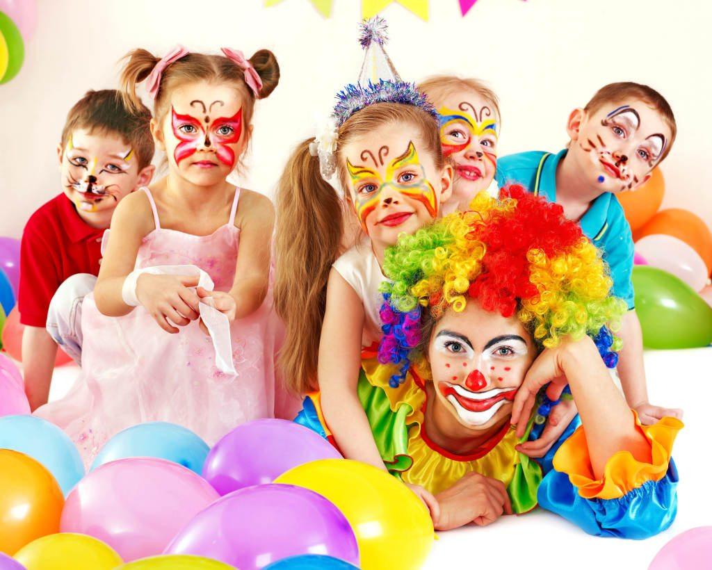 Дети и клоун