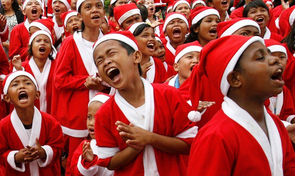 Дети в костюмах Санта Клауса