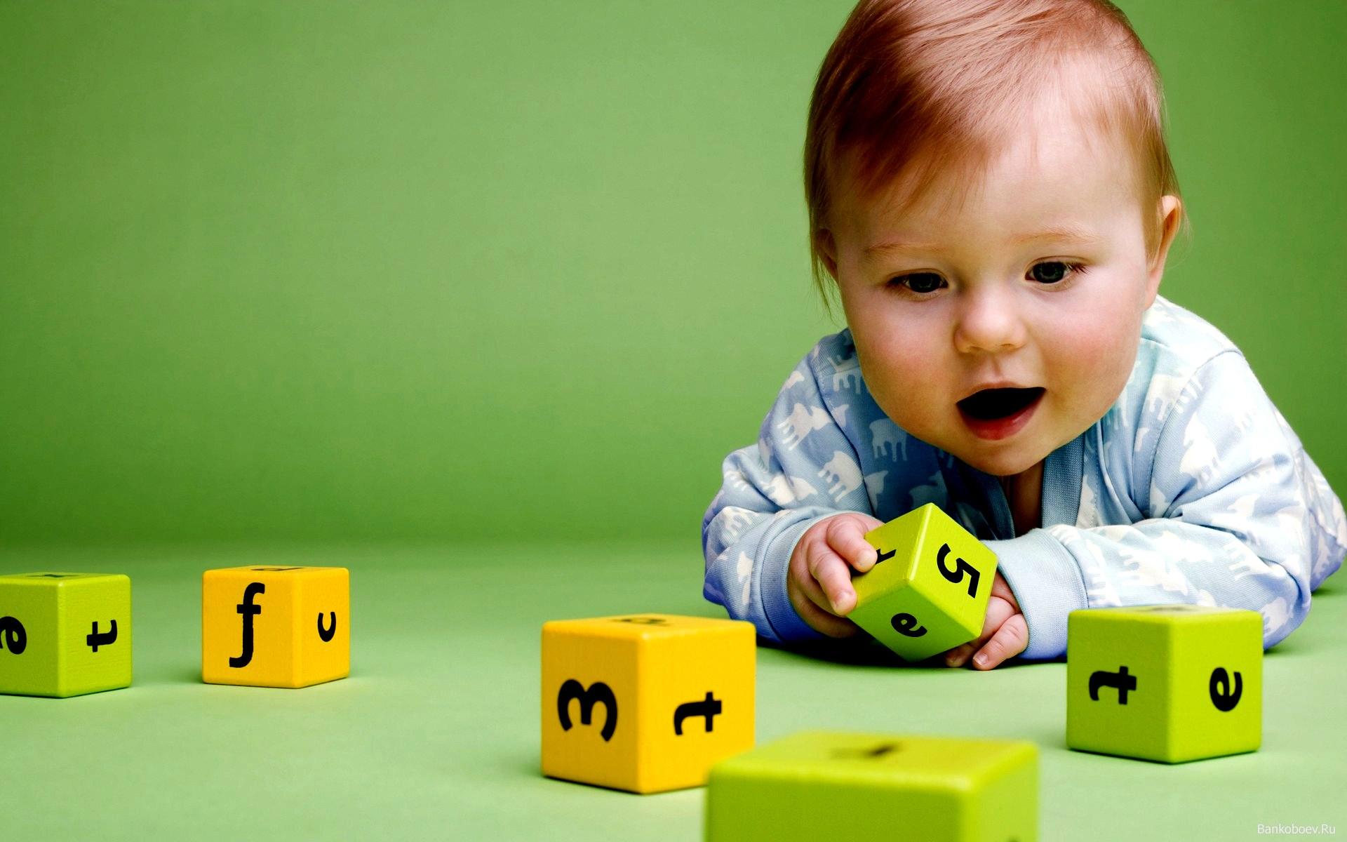 Мальчик с кубиками
