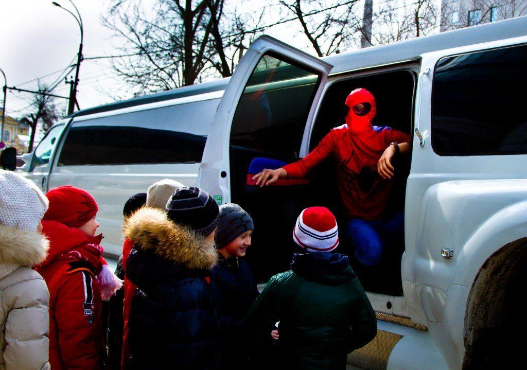 Дети у машины