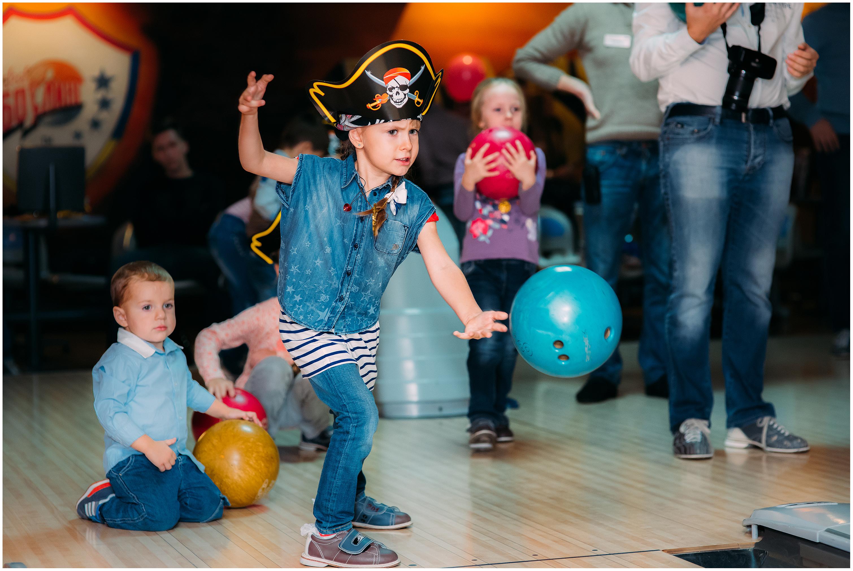 Мальчик бросает шар