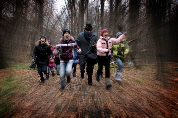 Дети бегают в лесу