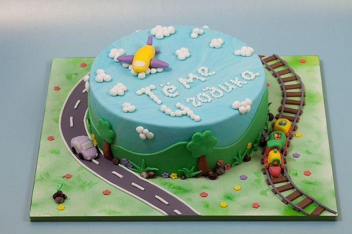 Торт с дорогами и самолетом