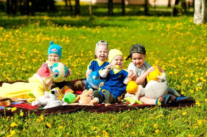 Дети играют на поляне