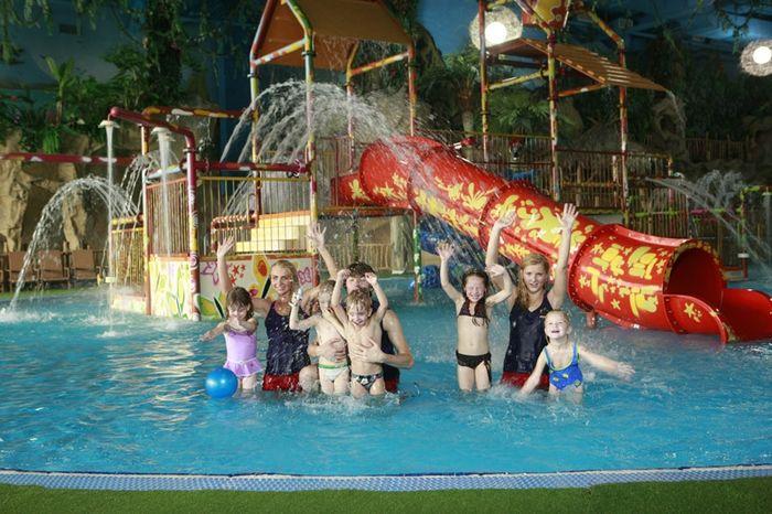 Дети в аквапарке