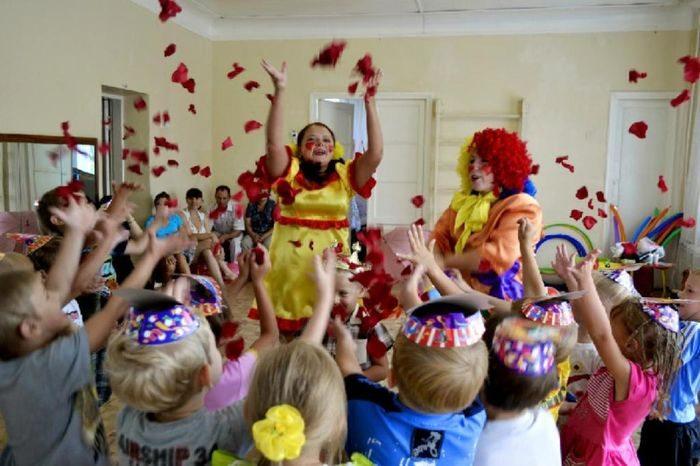 Дети резвятся с клоунами