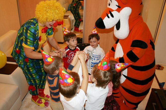 Дети, тигр и клоун