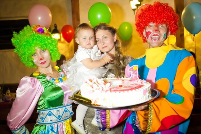 Клоуны дарят торт