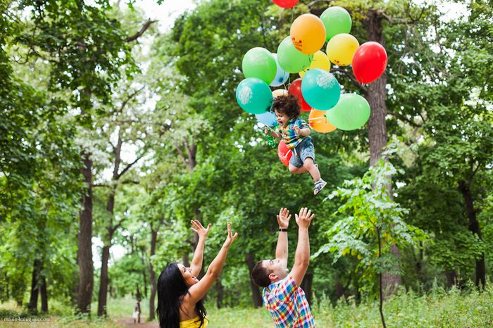 Ребенок на воздушных шариках