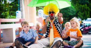 Клоун с зонтом