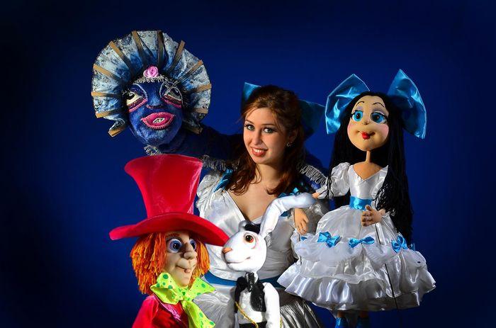 Девушка с куклами