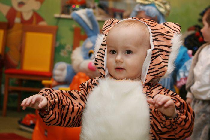 Малыш в костюме тигренка