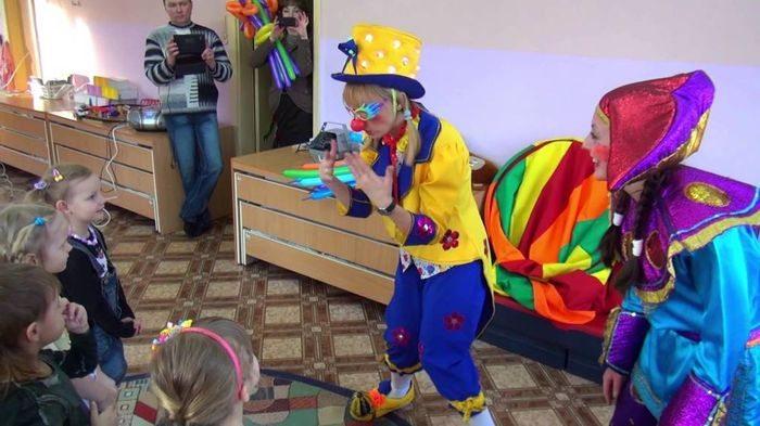 Клоуны показывают фокусы