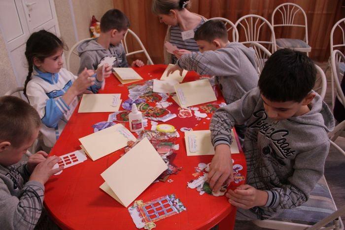 Дети пишут телеграмму