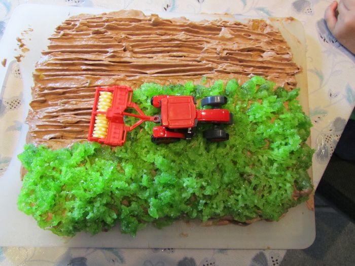 Торт-поле с трактором
