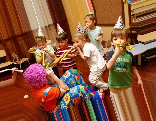 Дети играют с клоуном
