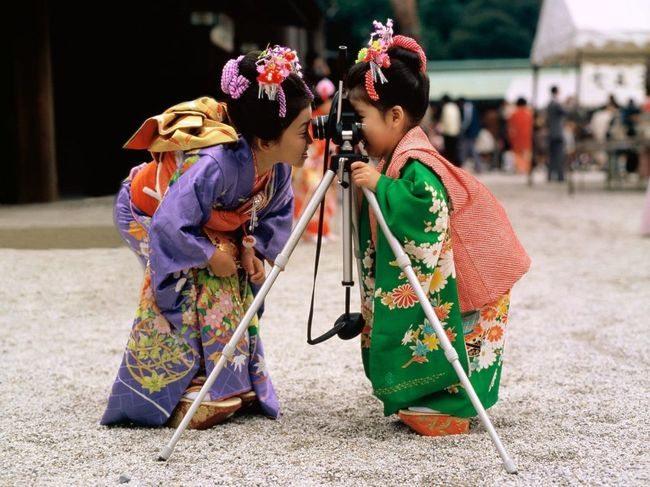 Девочки с фотоаппаратом