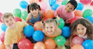 Дети играют с шариками
