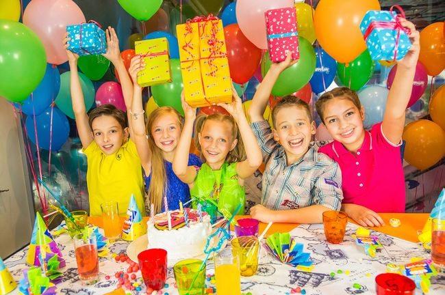 Дети празднуют день рождения в клубе