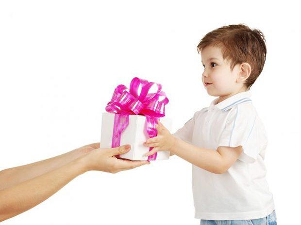 Малыш получает подарок