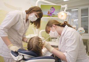 Во время процедур у стоматолога маленькие пациенты могут смотреть любимые мультфильмы