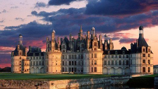 Замок - не дешевый, но запоминающийся вариант