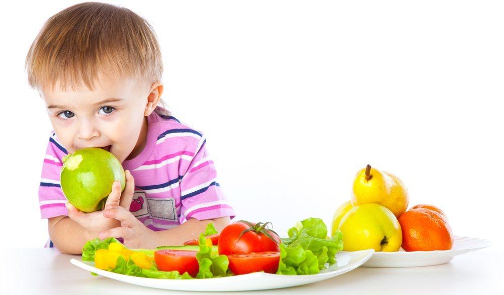 Каждый родитель задается вопросом когда можно начинать давать малышу фрукты и овощи