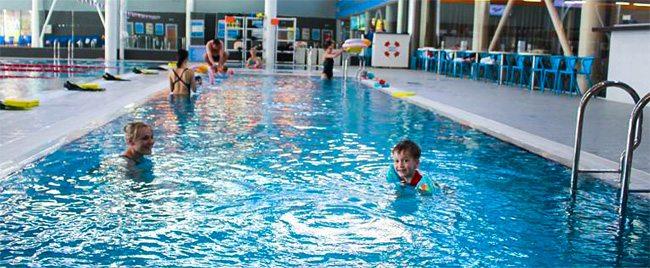 Занятия в бассейнах помогают в физическом развитии ребенка