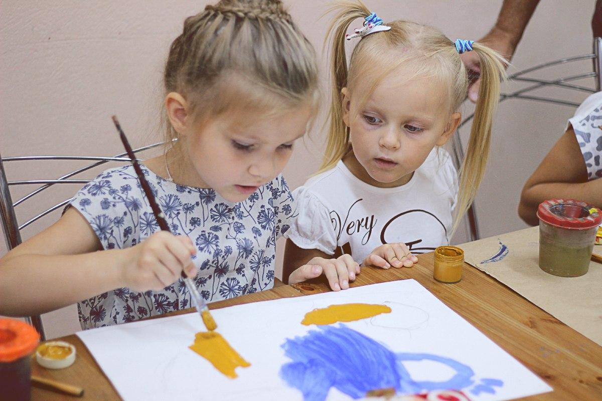 В художественной школе детям помогают освоить рисование в кругу своих сверстником