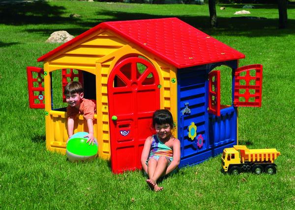 На игровой площадке у ребенка появляются первые друзья
