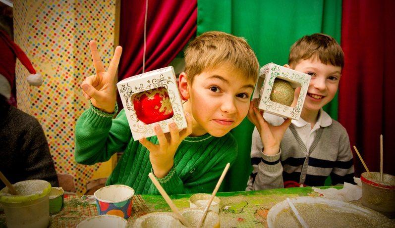 На фабрике елочных игрушек дети смогут попробовать сделать своими руками шар на ёлку