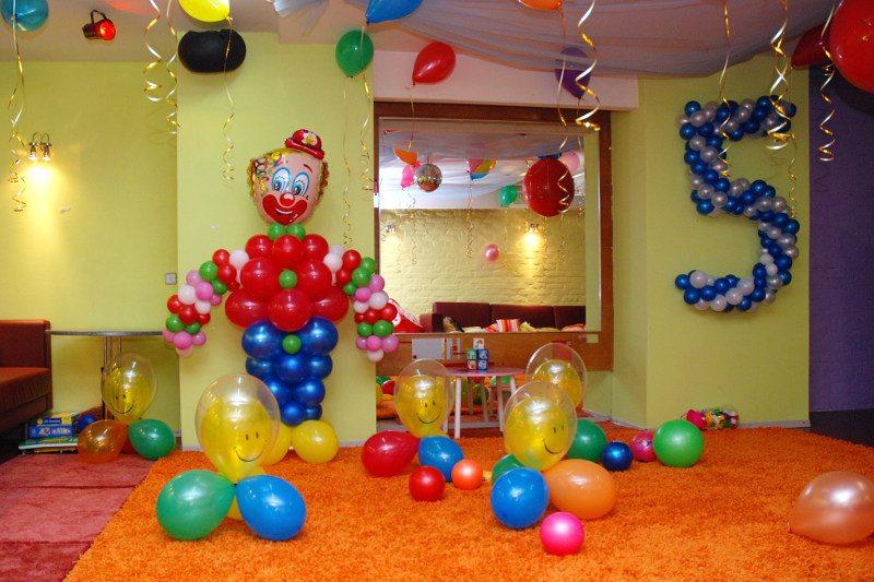 Украшение комнаты на детский день рождения воздушными шарами и фигурами из них